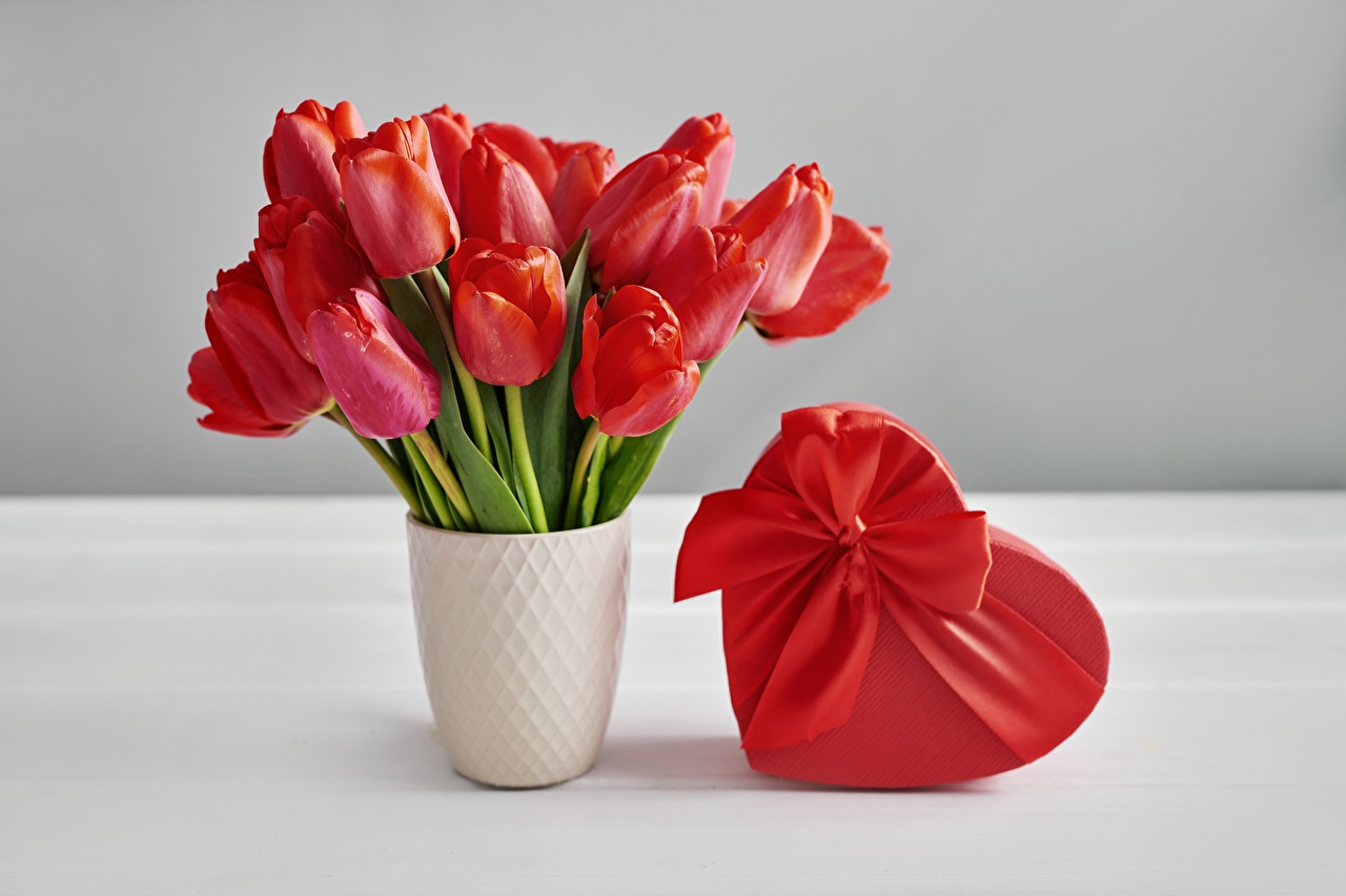 Desktop Hintergrundbilder Valentinstag Herz Sträuße Tulpen Blüte Geschenke Schachtel Vase Schleife Blumensträuße Blumen