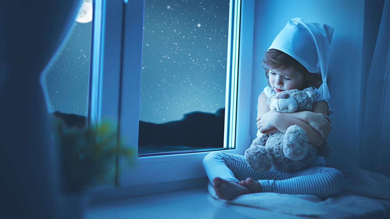 壁紙 テディベア 小さな女の子 夜 窓 眠る 暖かい帽子 子供