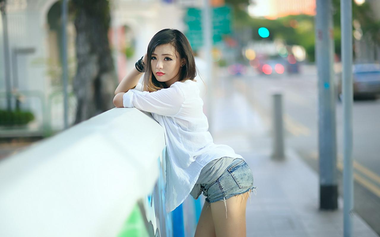 Fotos Brünette Bokeh junge Frauen Asiatische Hand Shorts Blick unscharfer Hintergrund Mädchens junge frau Asiaten asiatisches Starren