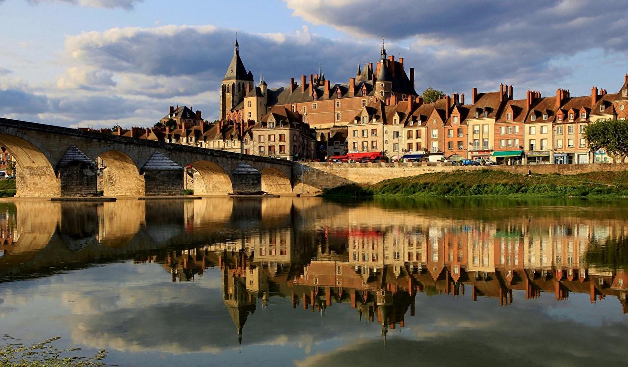 Desktop Wallpapers France Gien, Loiret Bridges Reflection Rivers Houses Cities bridge reflected river Building