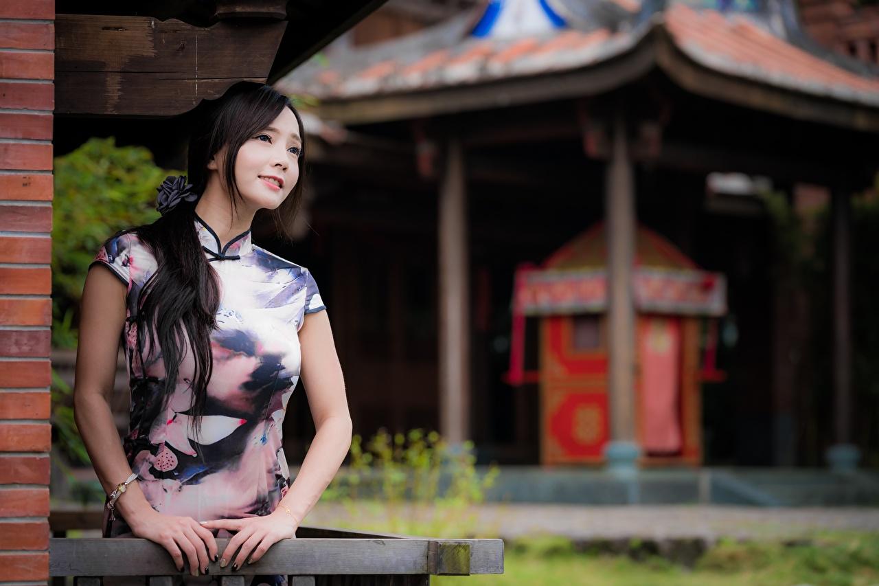 Bakgrunnsbilder til skrivebordet Brunette jente Bokeh Unge kvinner asiatisk Hender ser uklar bakgrunn ung kvinne Asiater Blikk