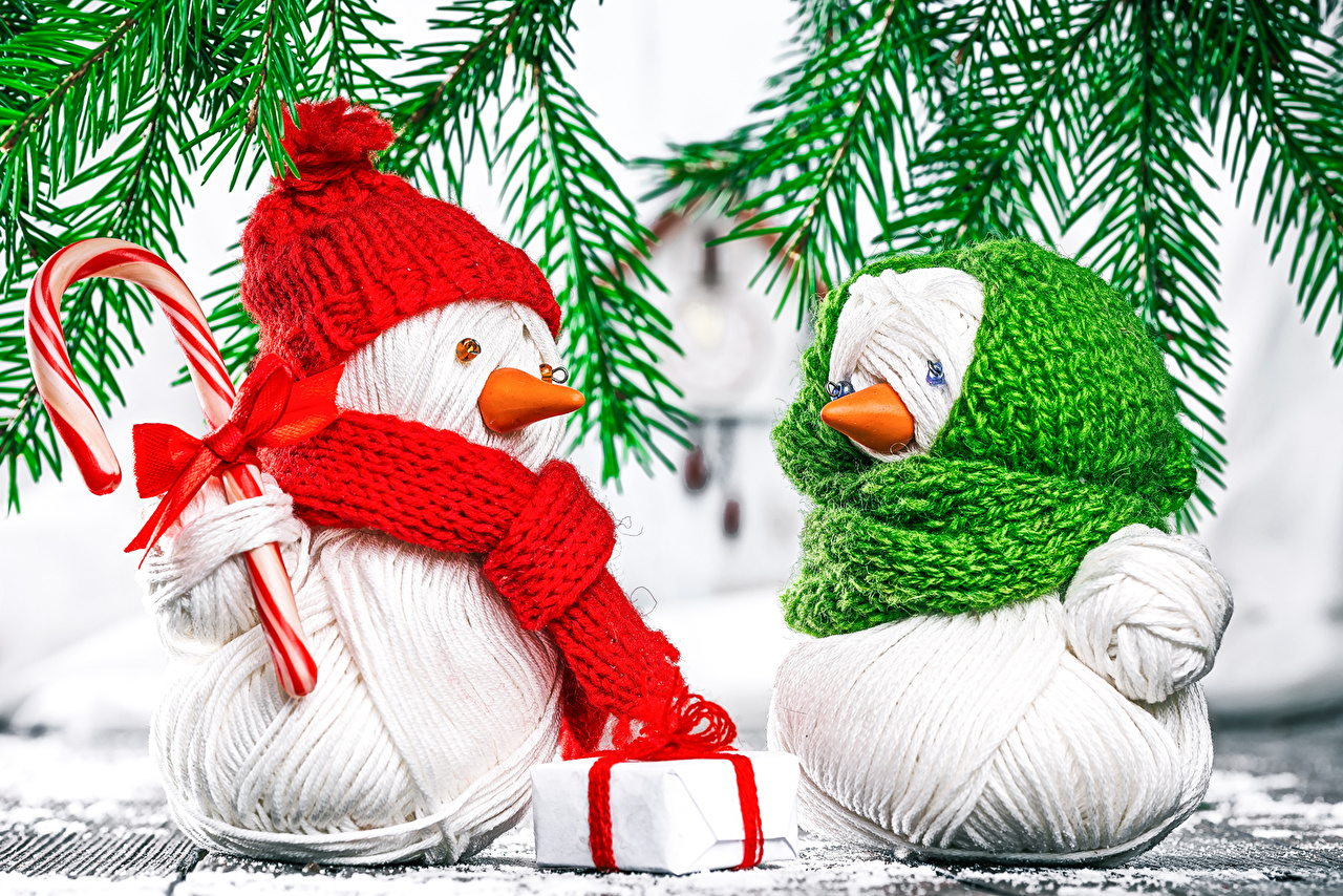 Desktop Wallpapers New year Two Gifts Snowmen Branches Christmas 2 Snowman present
