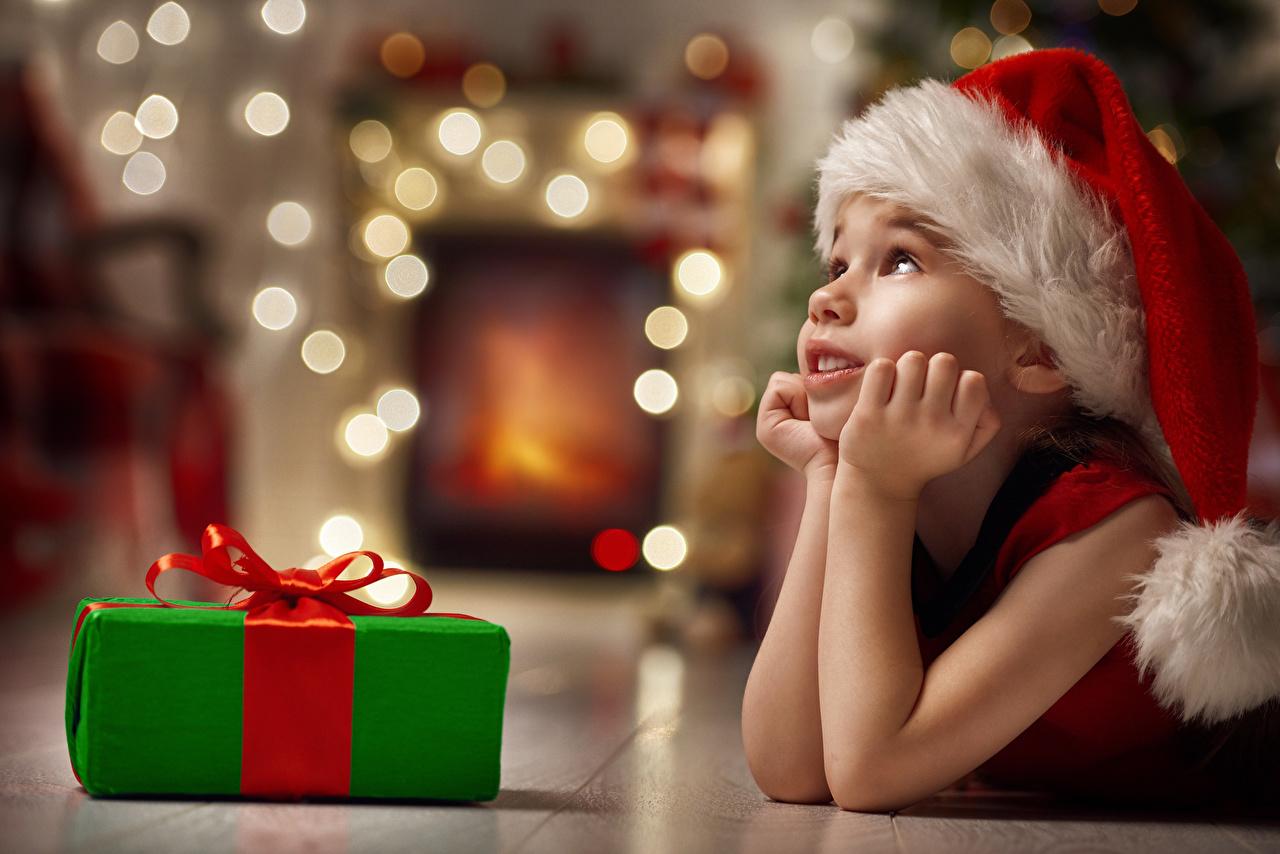 Bilder Kleine Mädchen Neujahr Kinder Mütze Geschenke Hand