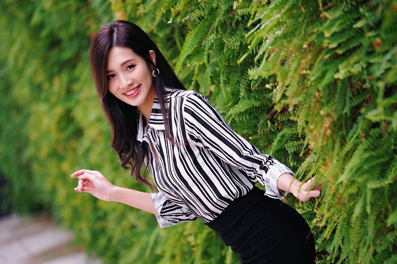 Tapety na pulpit Brunetka Uśmiech dziewczyna Azjaci Ręce Krzaki Spojrzenie Dziewczyny młoda kobieta młode kobiety azjatycka wzrok krzewy