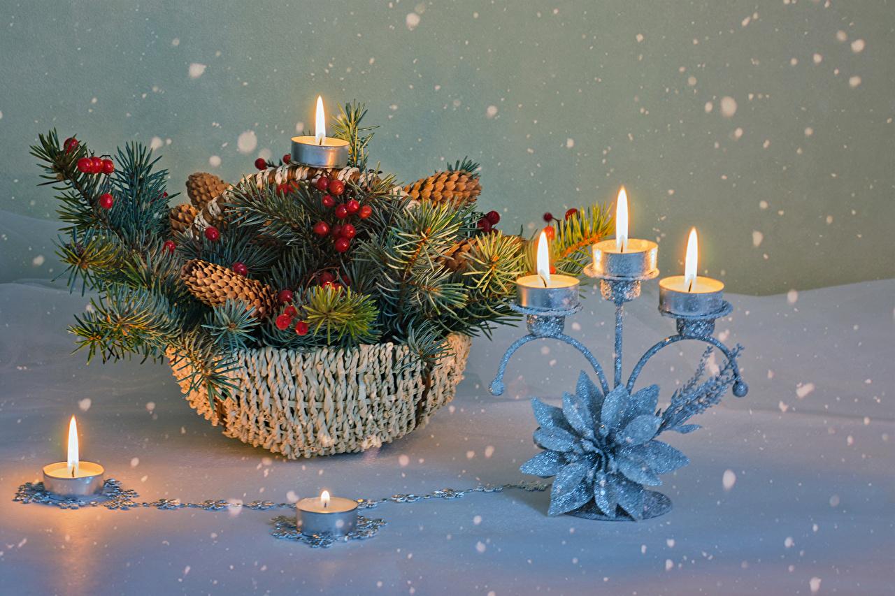 Bilder Neujahr Schneeflocken Schnee Weidenkorb Ast Beere Zapfen Kerzen