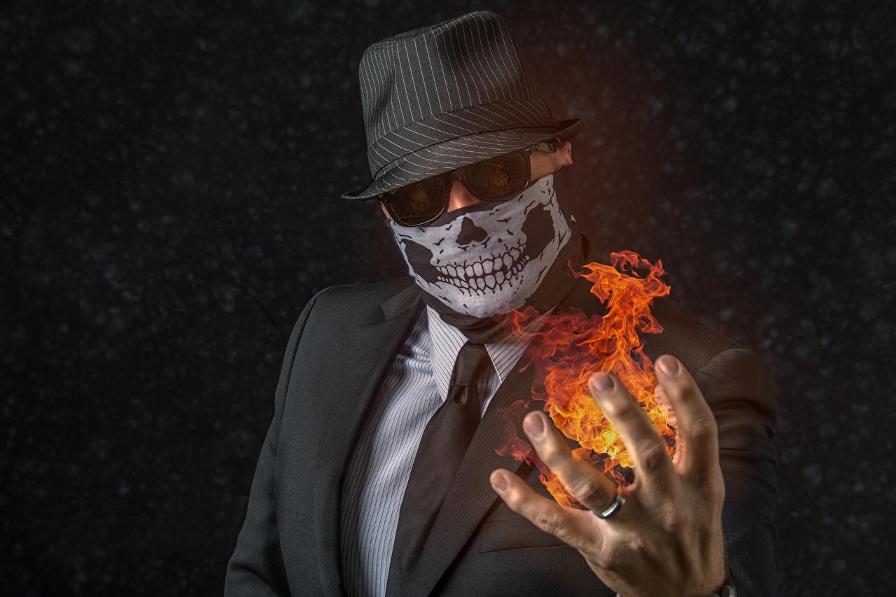 Afbeelding Mannen Hoed Stropdas vlam Handen Maskers Pak (kleding) een man Vuur hand masker Kostuum