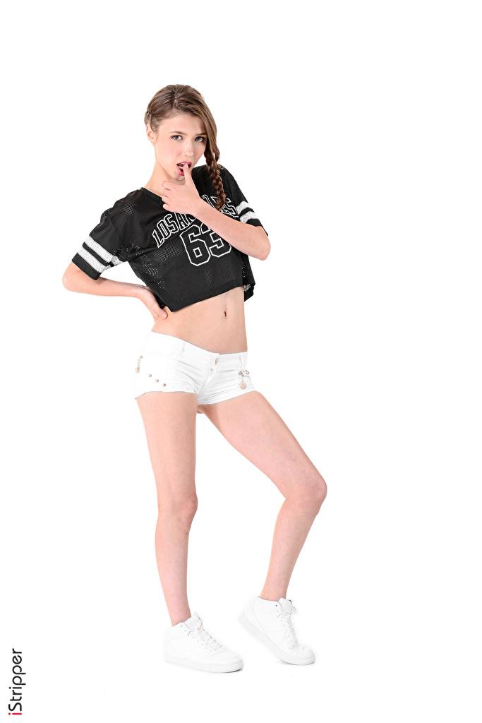 Fotos von Mila Azul Braune Haare iStripper posiert T-Shirt Turnschuh Mädchens Bein Hand Shorts Weißer hintergrund  für Handy Braunhaarige Pose junge frau sportschuhe junge Frauen