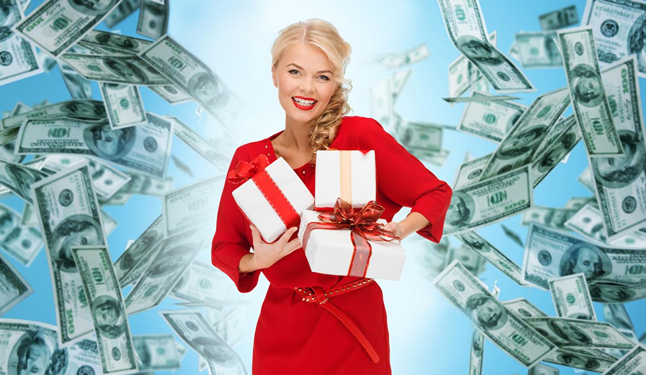Fotos von Dollars Banknoten Blond Mädchen Lächeln junge Frauen Geschenke Starren Kleid Papiergeld Geldscheine Blondine Mädchens junge frau Blick