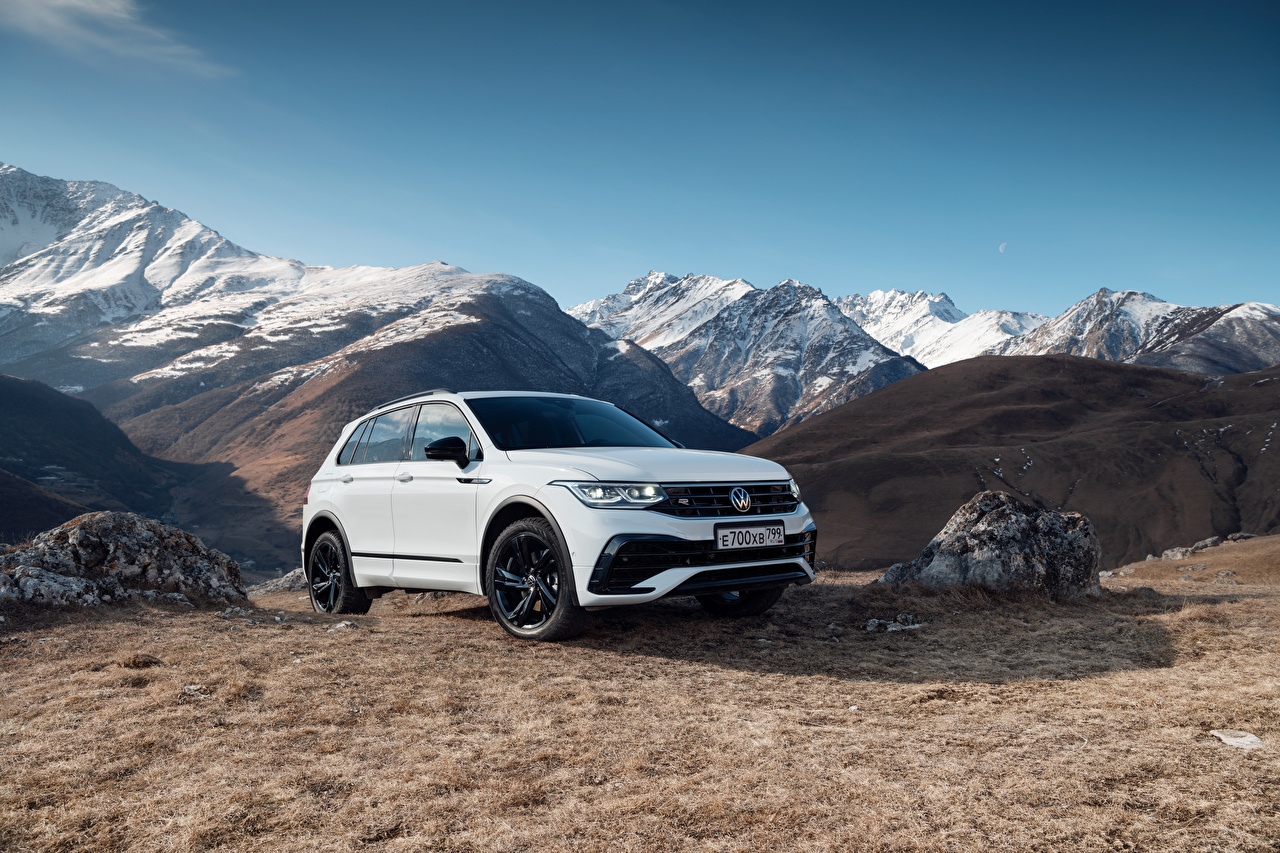 Desktop Hintergrundbilder Volkswagen Crossover Tiguan 4MOTION R-Line, CIS-spec, 2021 Berg Weiß Autos Metallisch Softroader Gebirge auto automobil