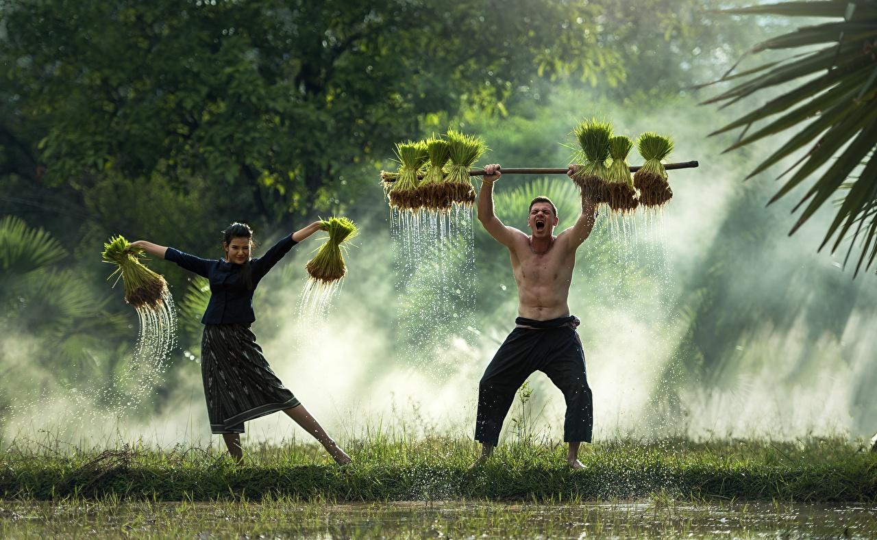 Fotos Mann Tanz Nebel Zwei junge Frauen Asiatische Gras Tanzen 2 Mädchens junge frau