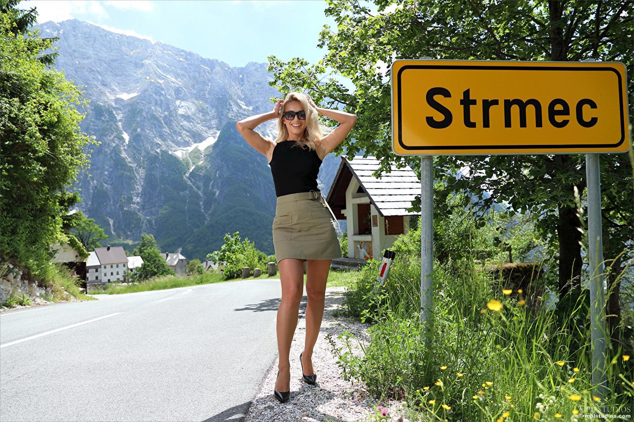 Fotos von Cara Mell Rock Blondine posiert junge Frauen Bein Unterhemd Brille Blick Blond Mädchen Pose Mädchens junge frau Starren