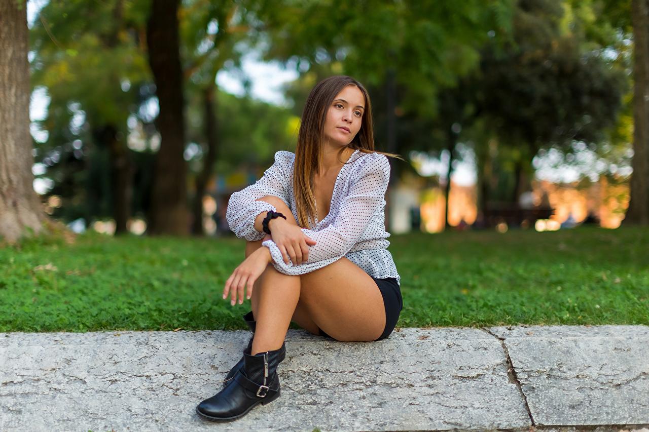 Foto Braunhaarige Sara Bluse junge Frauen Bein Shorts Sitzend Blick Braune Haare Mädchens junge frau sitzt sitzen Starren