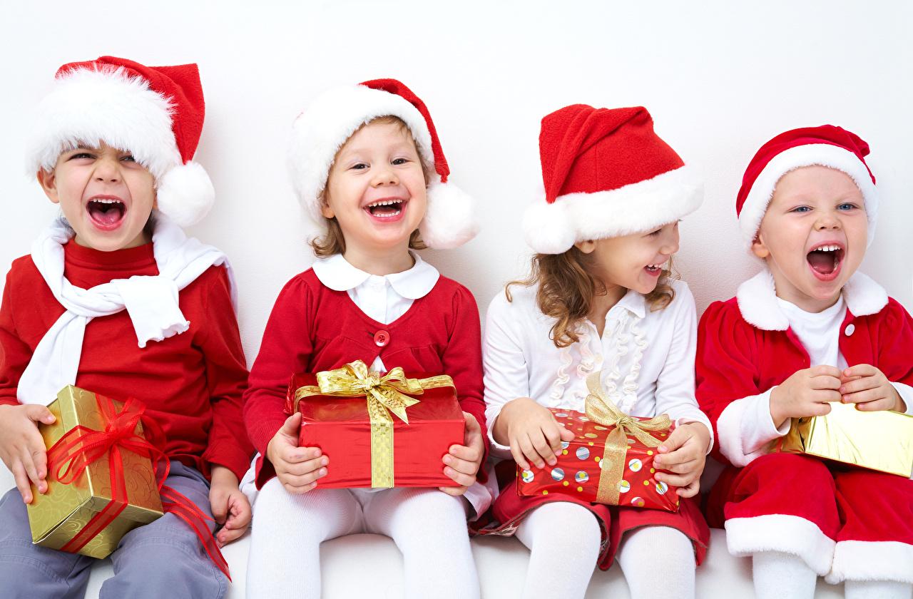 Fotos Kleine Mädchen Junge Neujahr Lachen Glücklich Kinder Mütze Geschenke Sitzend Schleife Freude