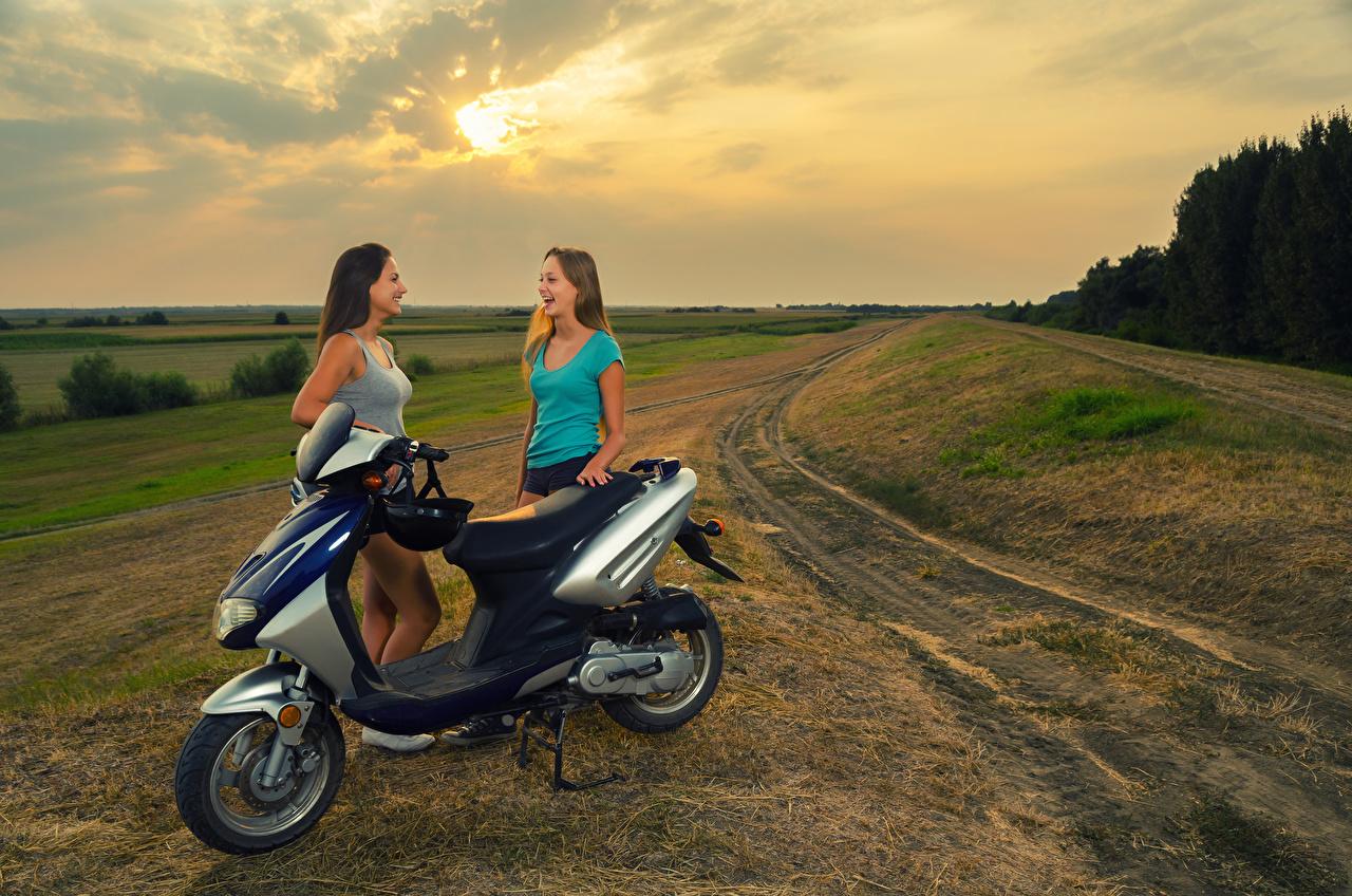 Bilder von Motorroller Helm lacht 2 Mädchens Lachen lachen Zwei junge frau junge Frauen