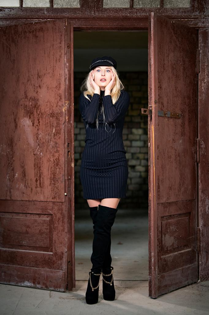 Fotos von Blond Mädchen Offene Tür Aurora junge frau Bein Starren baseballkappe Kleid  für Handy Blondine Mädchens junge Frauen Blick Baseballcap baseballmütze