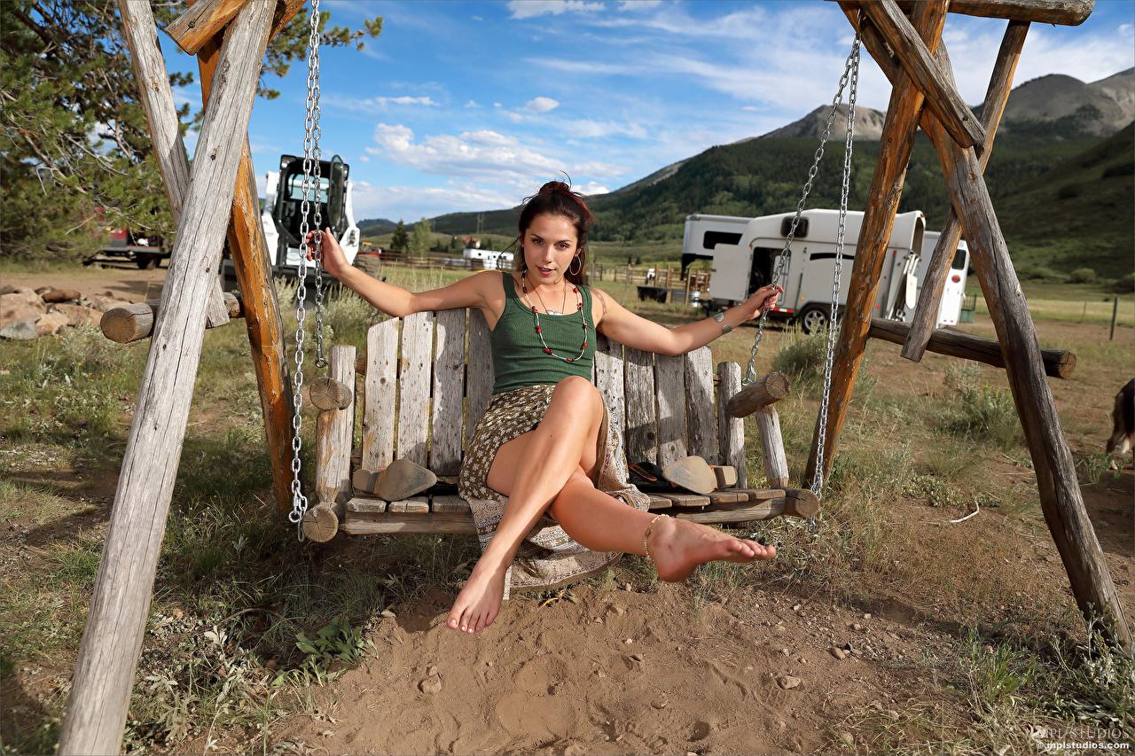 Bilder von Elena Generi Schaukel junge frau Bein sitzen Blick Mädchens junge Frauen sitzt Sitzend Starren