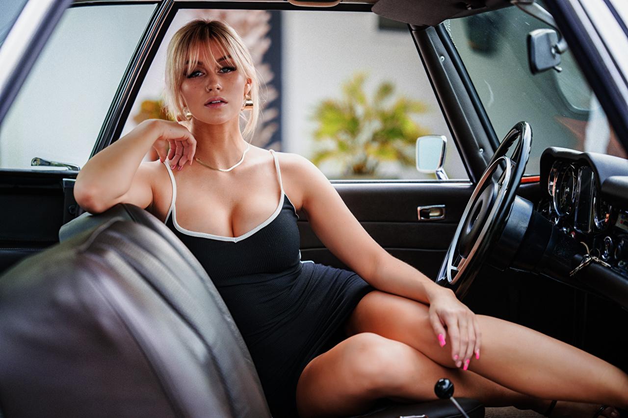 Marina Sentado Vestido Escote Pierna Contacto visual Rubio Nia autos, automóvil, automóviles, el carro, mujer joven, mujeres jóvenes, sentada Chicas Coches