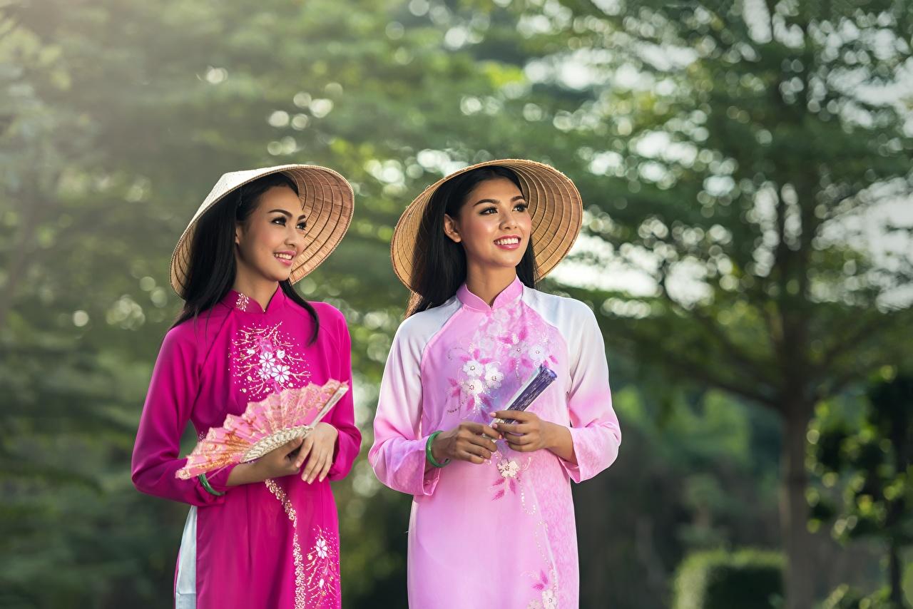 Fotos Brünette Lächeln Bokeh Fächer Zwei Der Hut junge Frauen asiatisches Hand Starren unscharfer Hintergrund 2 Mädchens junge frau Asiaten Asiatische Blick