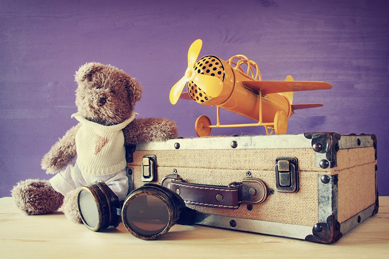 Hintergrundbilder Flugzeuge Teddy Koffer Brille Teddybär Knuddelbär