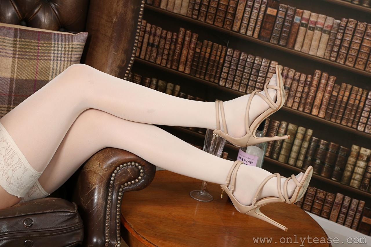 Bilder von Nylonstrumpf Mädchens Bein Großansicht High Heels junge frau junge Frauen hautnah Nahaufnahme Stöckelschuh