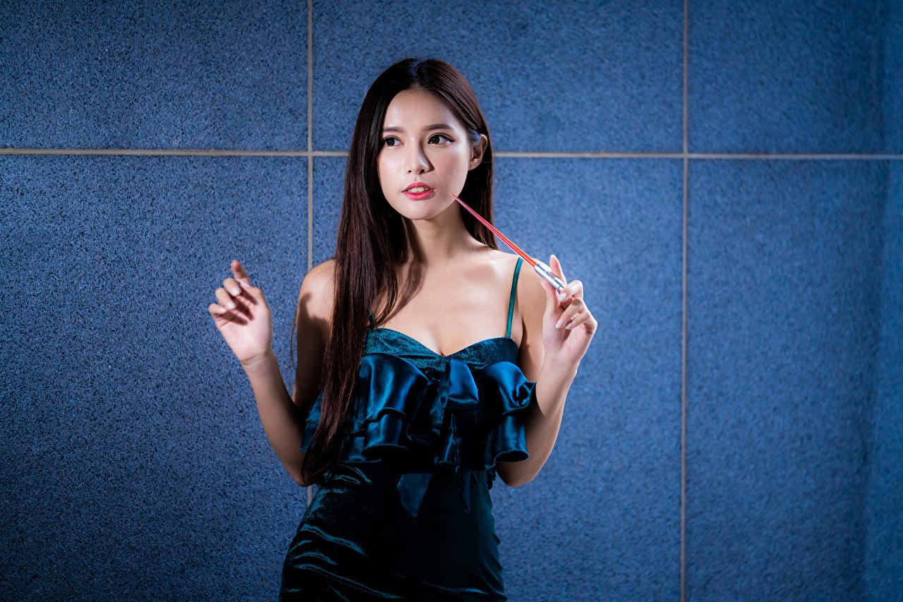 Fotos von junge Frauen Asiaten Hand Starren Kleid Mädchens junge frau Asiatische asiatisches Blick