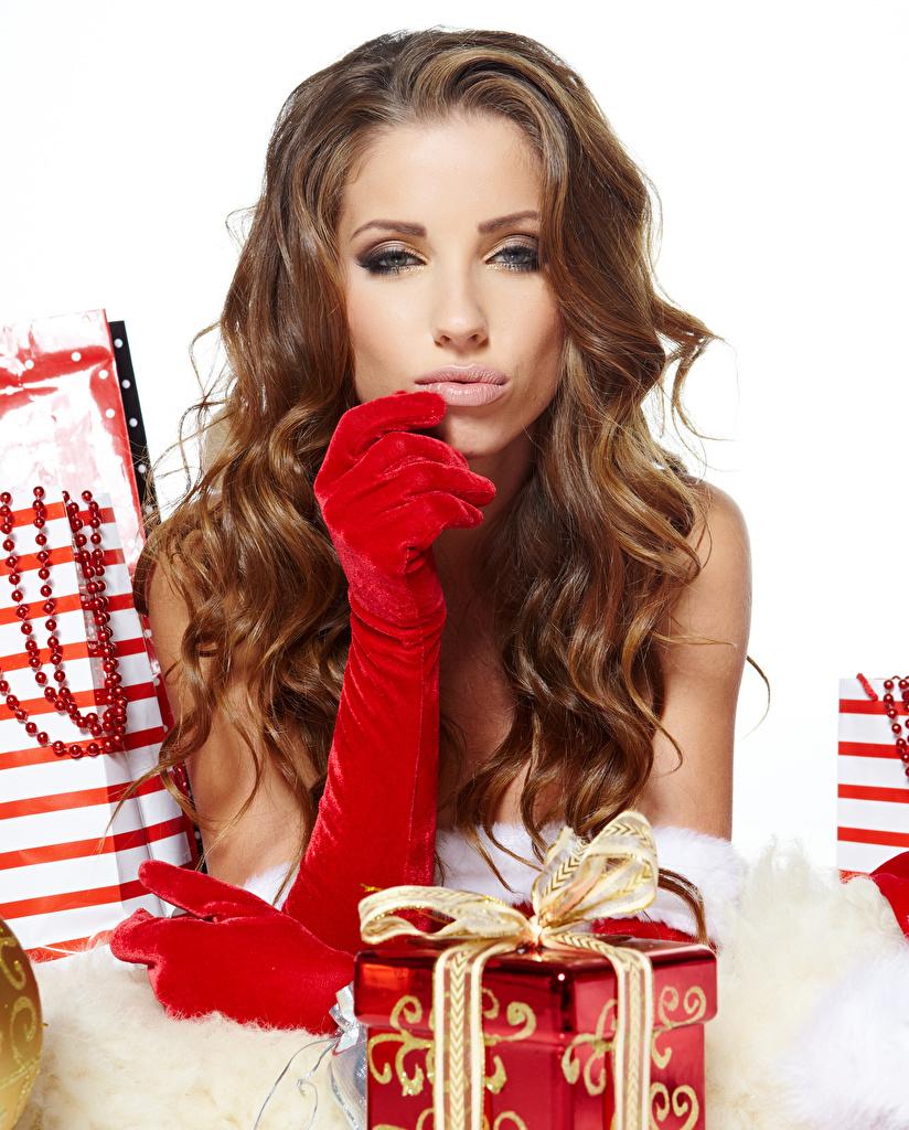 Fotos Neujahr Braune Haare Handschuh Mädchens Geschenke Starren Braunhaarige Blick
