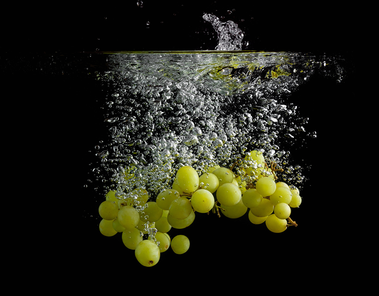 Photos Water bubbles Grapes Water splash Food Water Black background