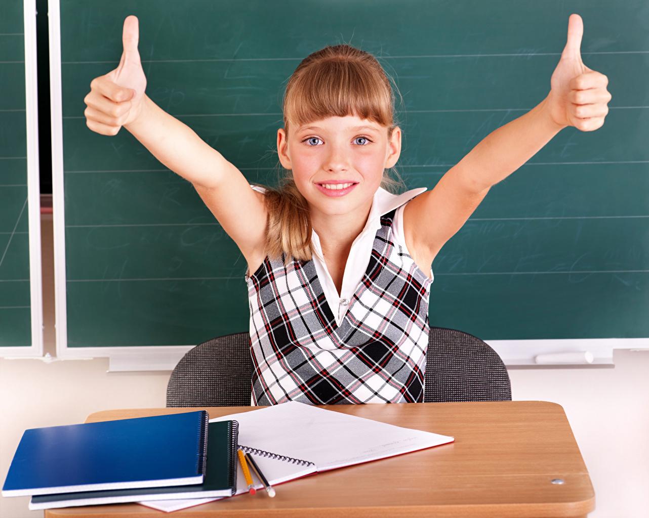 Foto Kleine Mädchen Schule Kinder Notizbuch Hand Finger
