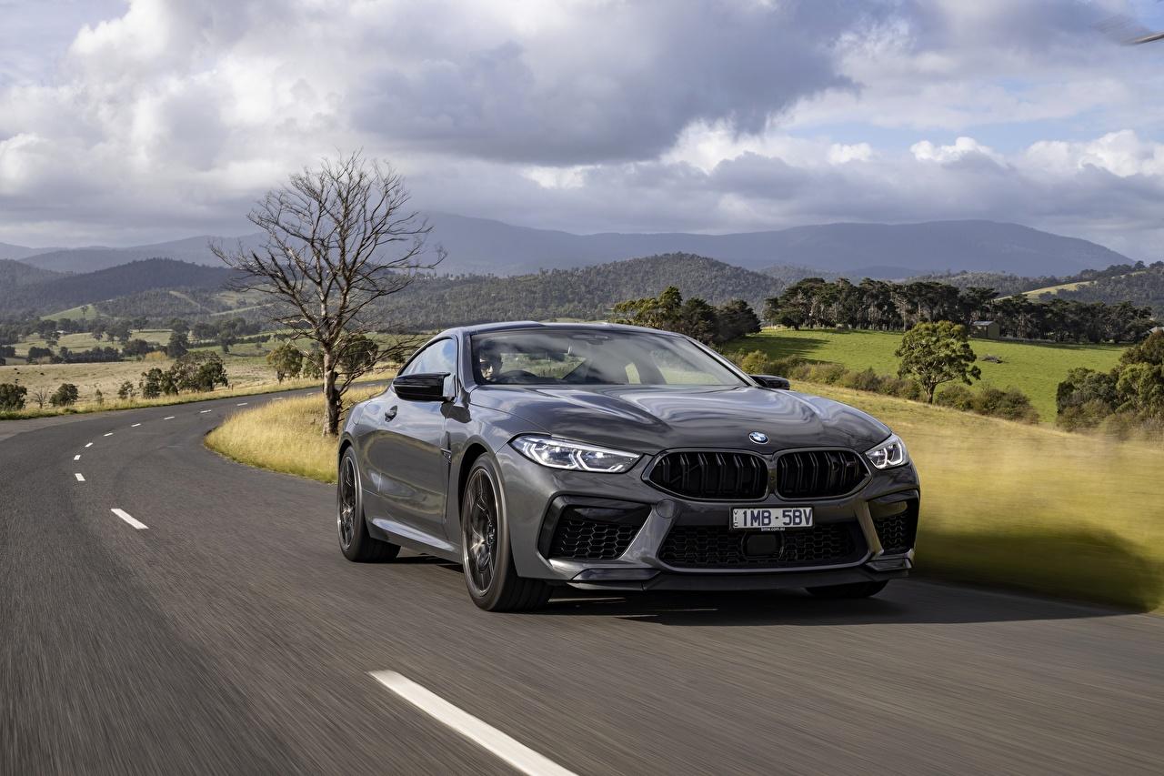 Tapeta BMW M8 Competition, 2020, AU-version Coupé Szary Ruchu droga Samochody Metaliczna szara ruch Drogi jedzie samochód