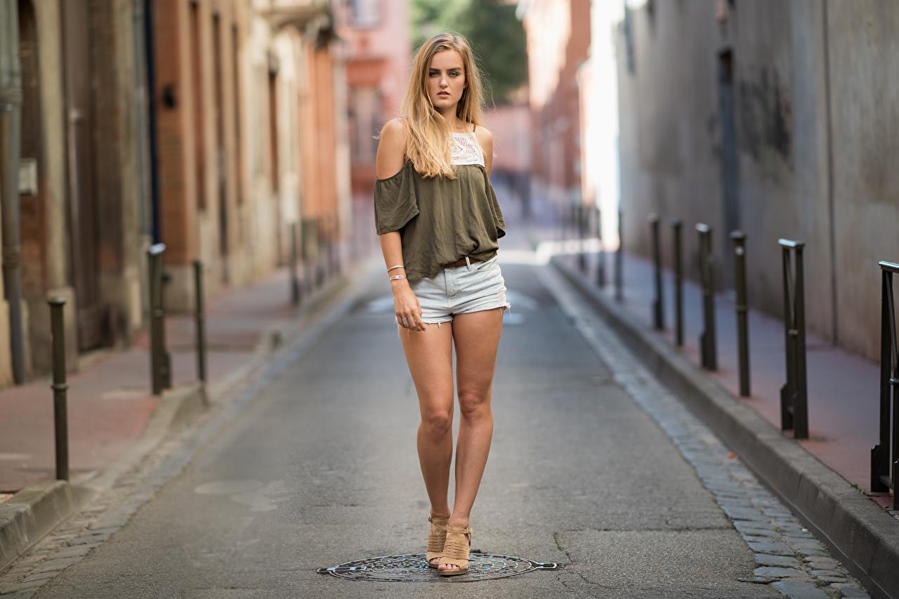 Fotos Blond Mädchen unscharfer Hintergrund junge frau Bein Hand Shorts Blondine Bokeh Mädchens junge Frauen