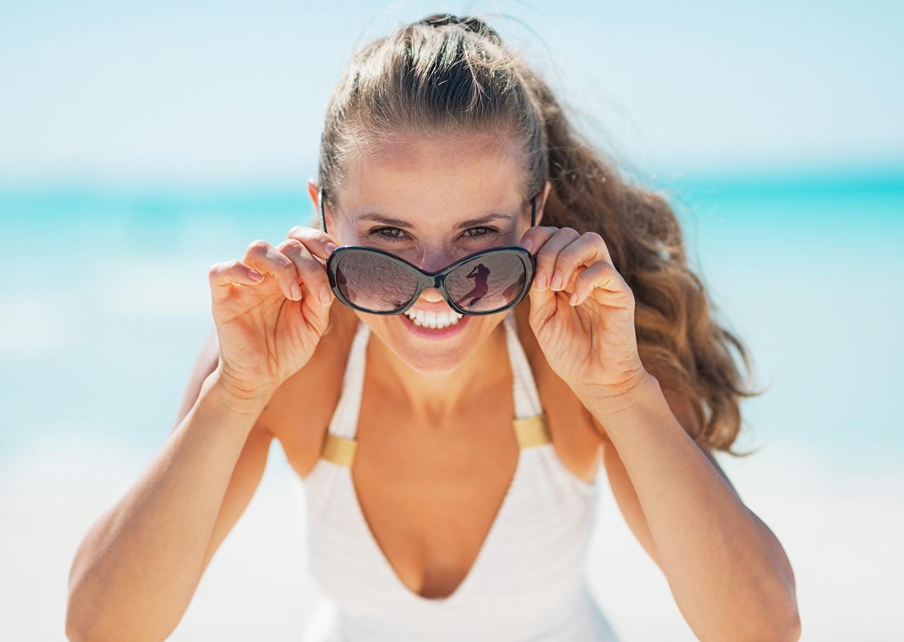 Fotos Braunhaarige Lächeln Mädchens Hand Brille Blick Braune Haare Starren