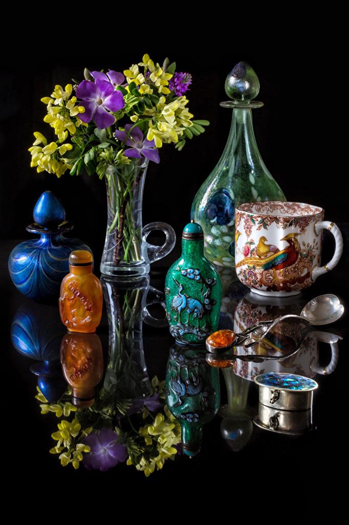 Fotos Sträuße Blumen Freesien Spiegelung Spiegelbild Vase Tasse Flasche Stillleben Schwarzer Hintergrund  für Handy Blumensträuße Blüte Freesie spiegelt Reflexion flaschen