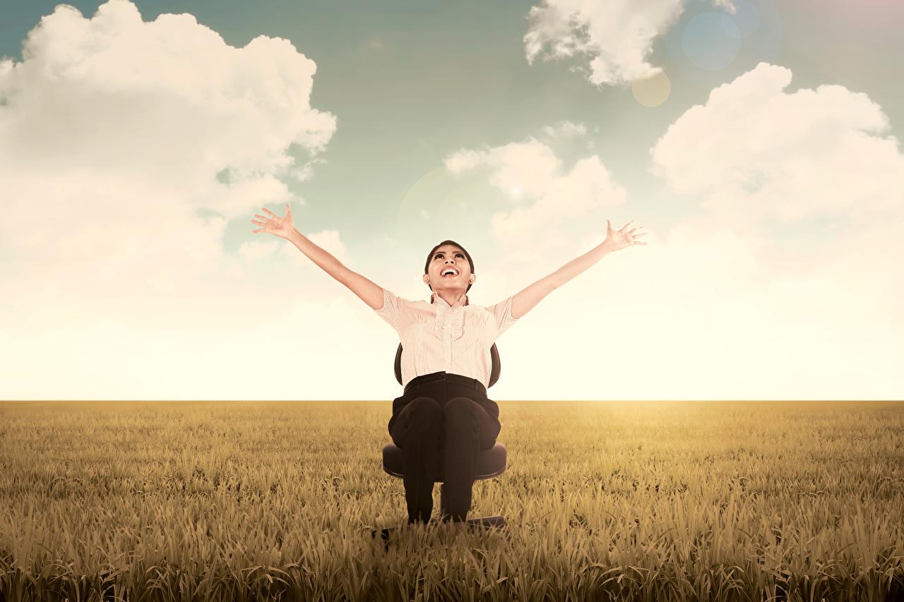 Hintergrundbilder Glücklich Mädchens Felder Hand Sitzend Freude Acker
