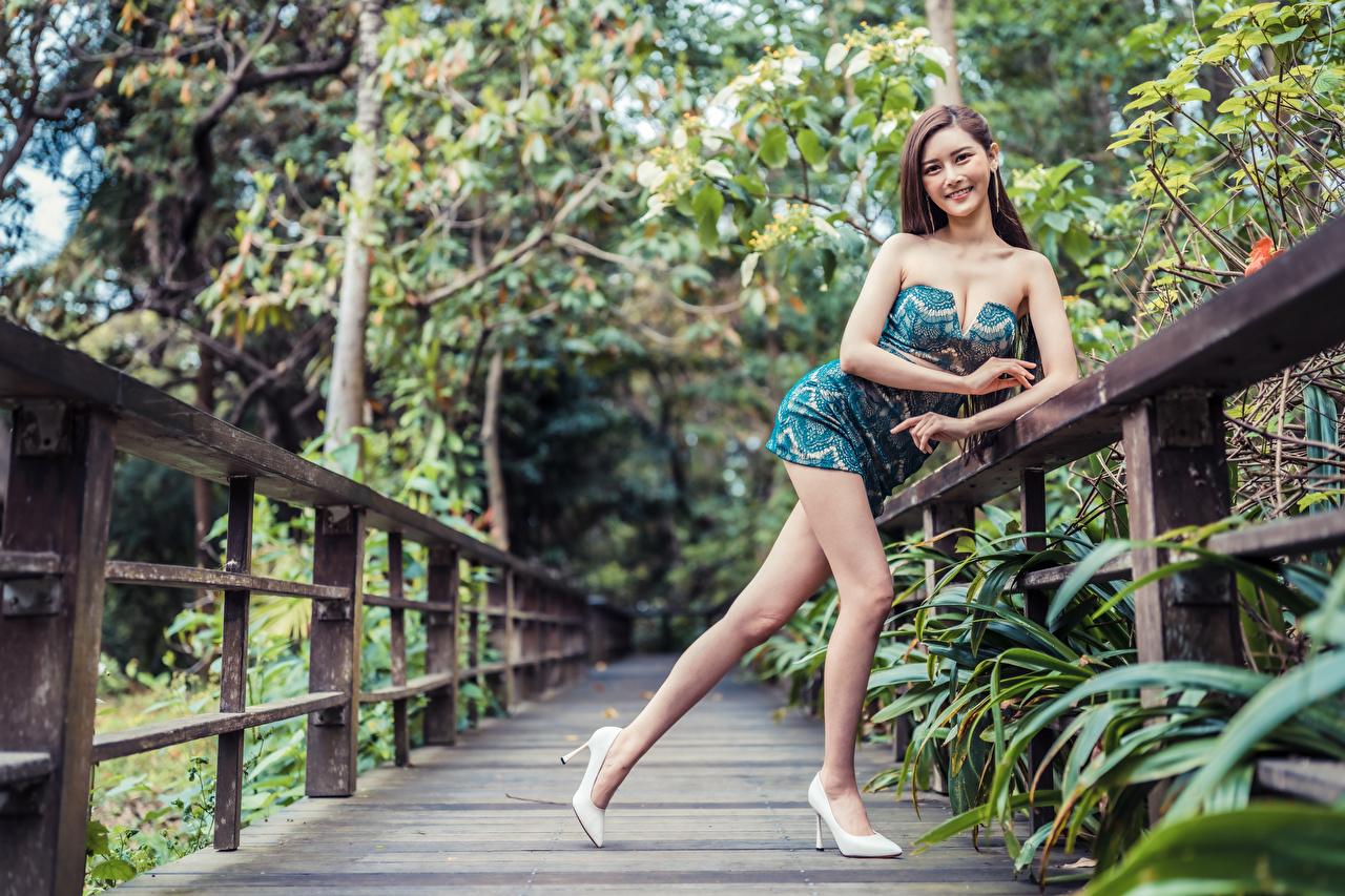 Fotos von Lächeln Pose Mädchens Bein Asiaten Starren Kleid posiert junge frau junge Frauen Asiatische asiatisches Blick
