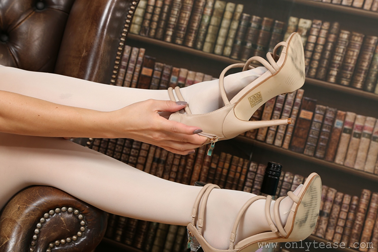 Fotos Strumpfhose junge frau Bein Hand Nahaufnahme High Heels Mädchens junge Frauen hautnah Großansicht Stöckelschuh