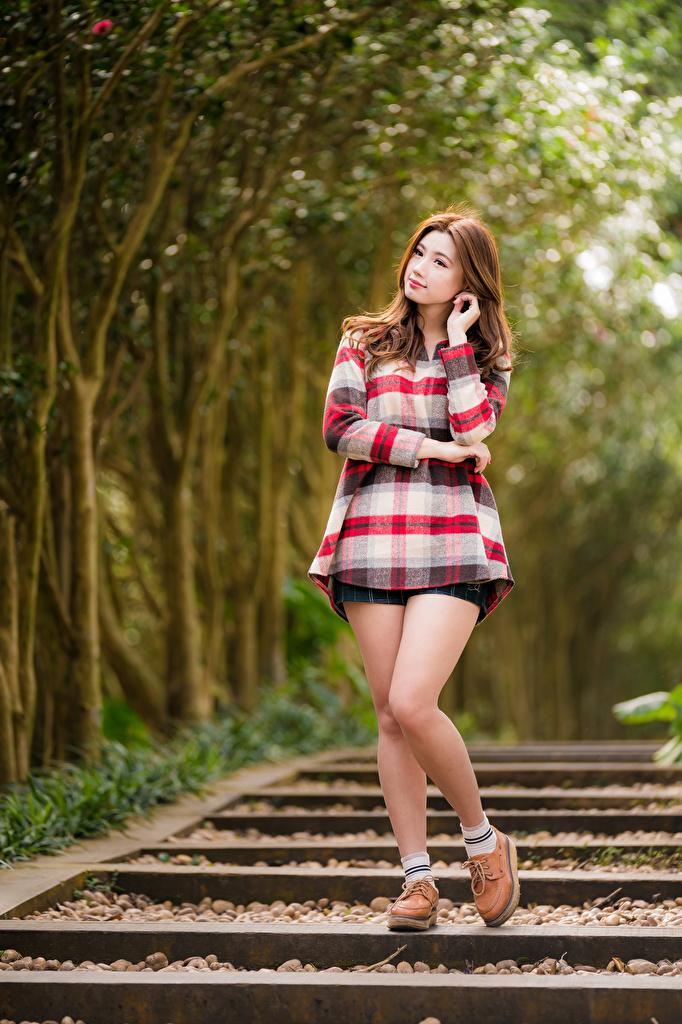 Fotos von Braune Haare Bokeh Pose junge Frauen Bein asiatisches  für Handy Braunhaarige unscharfer Hintergrund posiert Mädchens junge frau Asiaten Asiatische