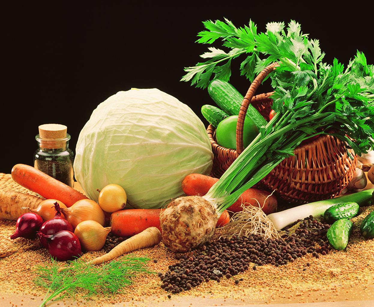 Fotos von Kohl Gurke Zwiebel Mohrrübe Weidenkorb Gemüse Lebensmittel