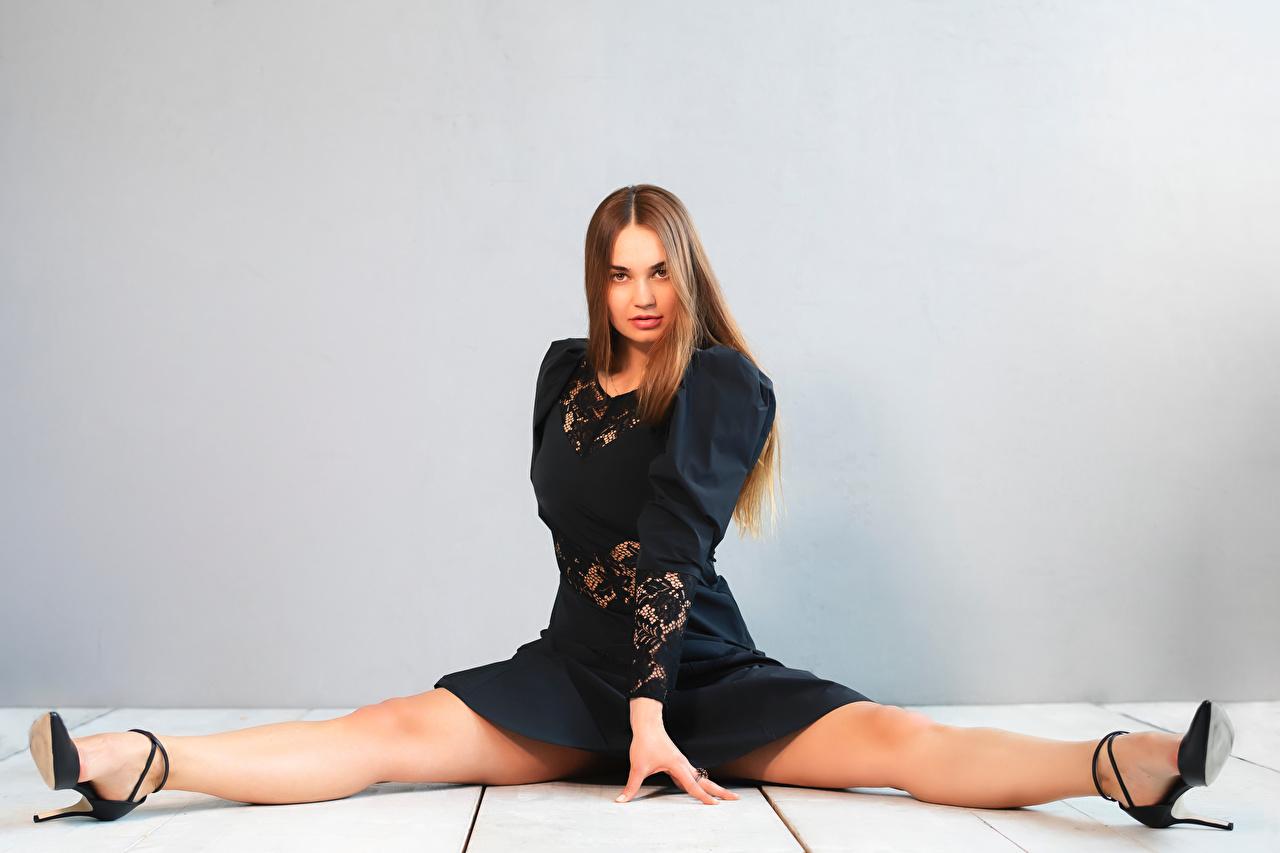Foto Spagat Xenia junge frau Bein sitzen Starren Kleid Mädchens junge Frauen sitzt Sitzend Blick