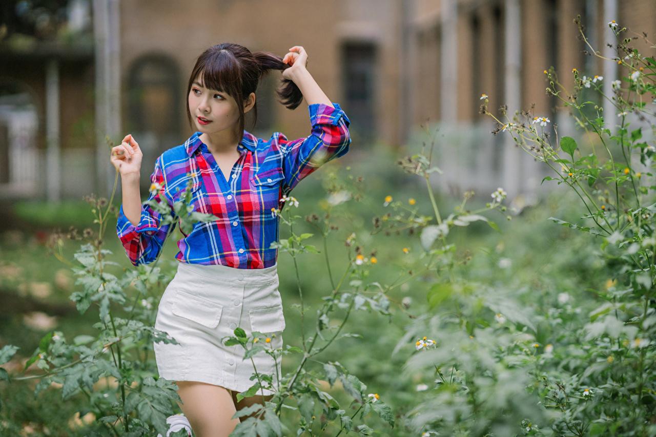 Fotos Rock unscharfer Hintergrund Pose Hemd Mädchens asiatisches Bokeh posiert junge frau junge Frauen Asiaten Asiatische