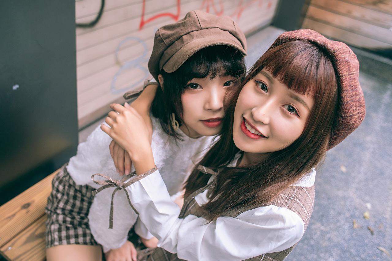 Foto Bruin haar vrouw Twee 2 knuffel Jonge vrouwen aziatisch Kijkt knuffelt omhelzing Knuffelen jonge vrouw Aziaten