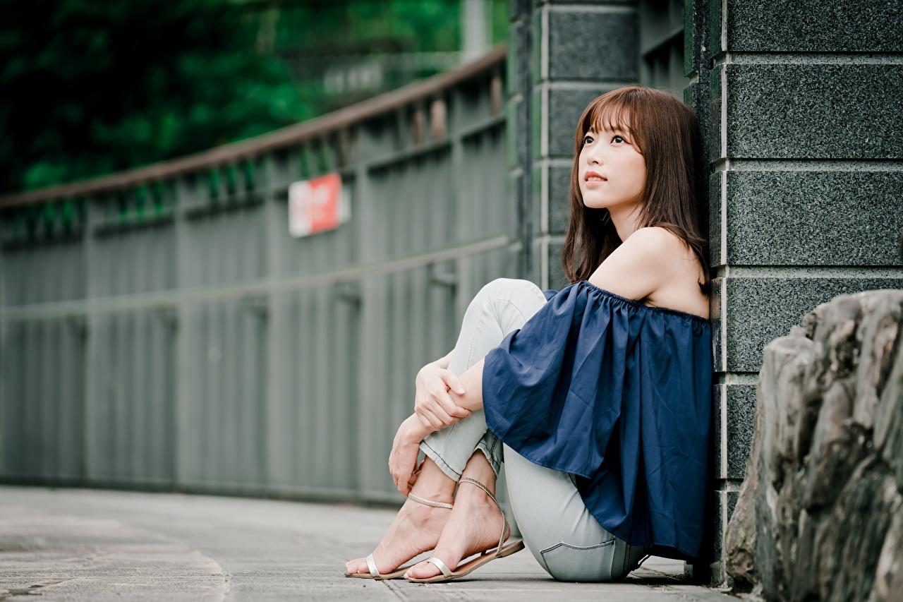 Foto Braunhaarige unscharfer Hintergrund junge Frauen Bein Asiaten Hand sitzt Braune Haare Bokeh Mädchens junge frau Asiatische asiatisches sitzen Sitzend