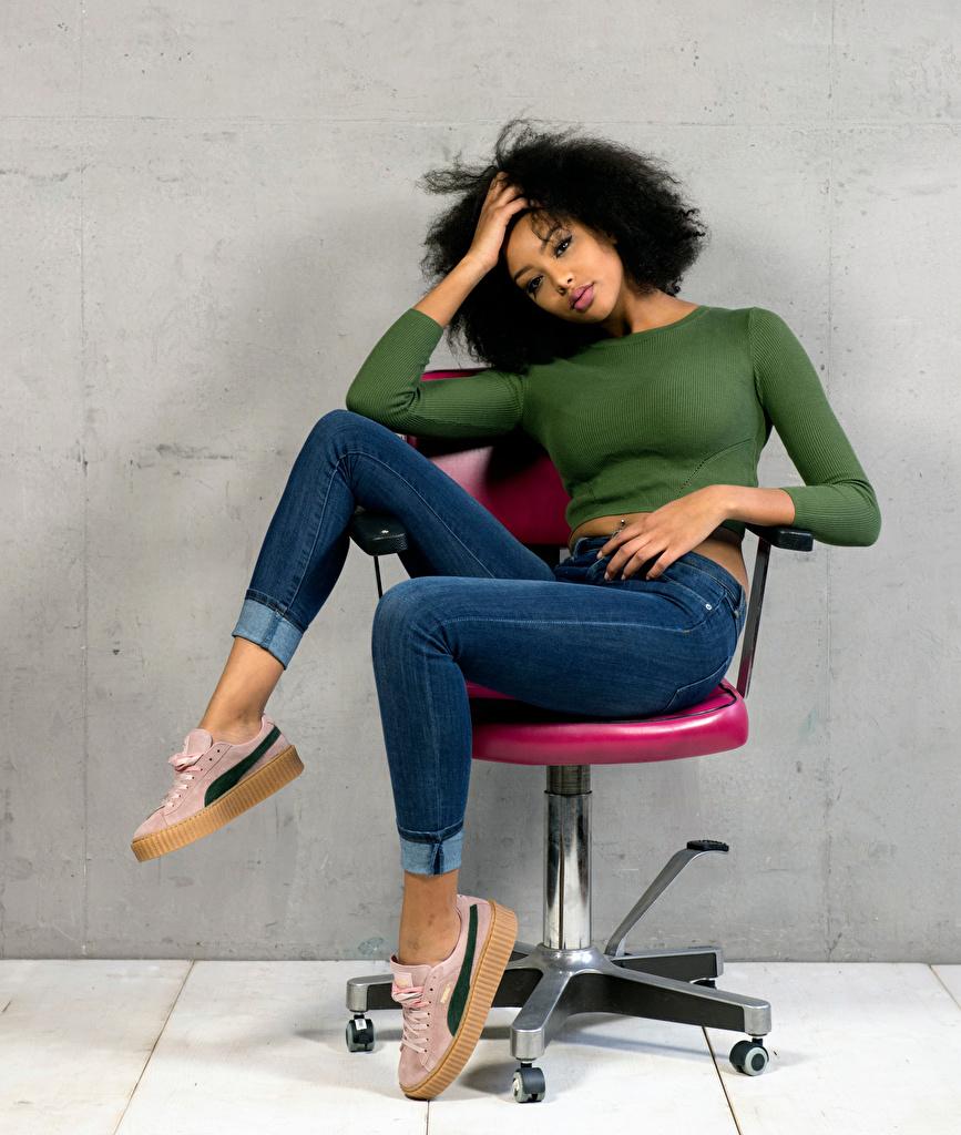 Fotos von Sainabou Pose junge frau Jeans Sessel Sitzend Starren posiert Mädchens junge Frauen sitzt sitzen Blick
