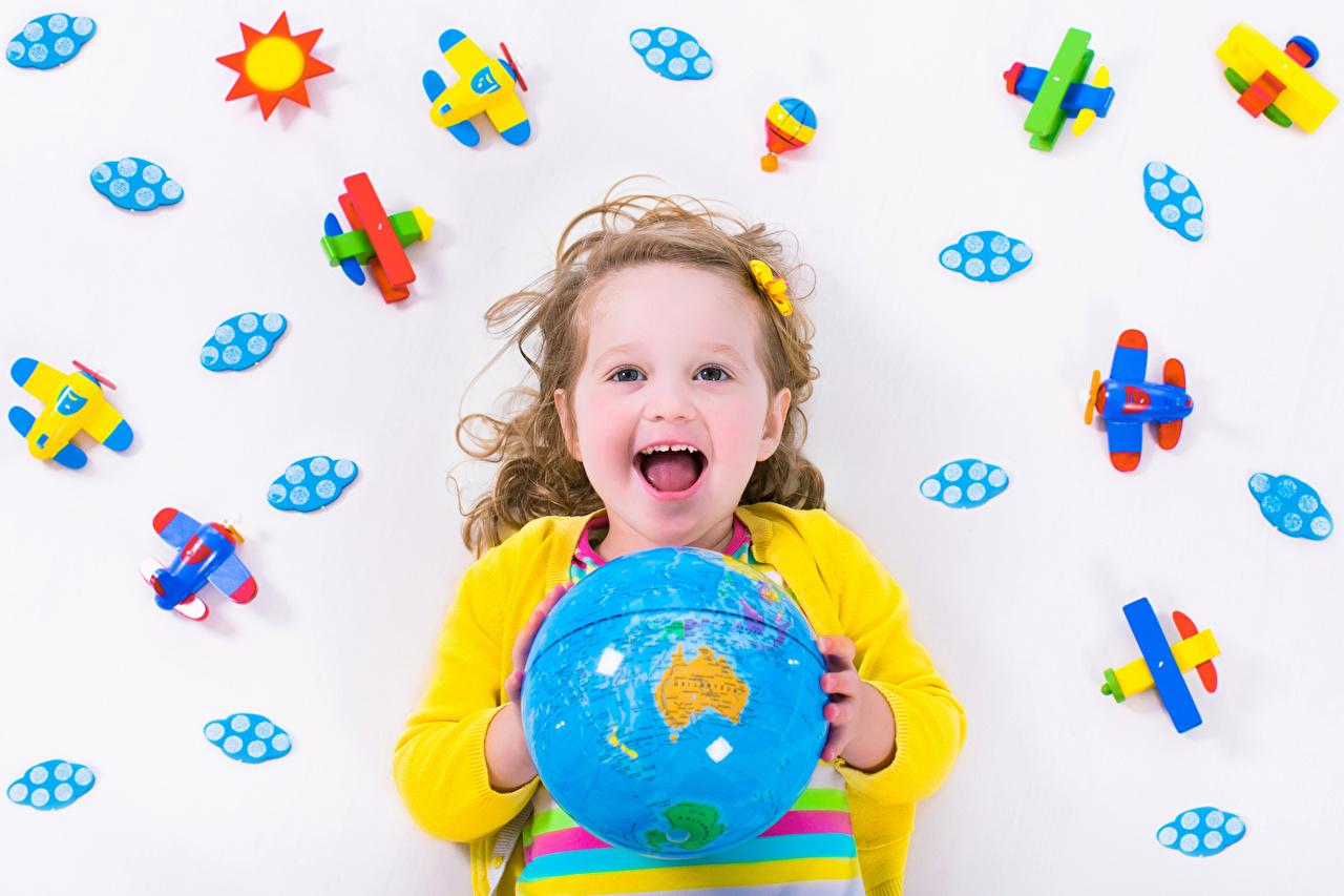 Bilder Kleine Mädchen Flugzeuge Globus glückliches Kinder Spielzeuge Freude Glücklich fröhlicher glückliche fröhliches glücklicher