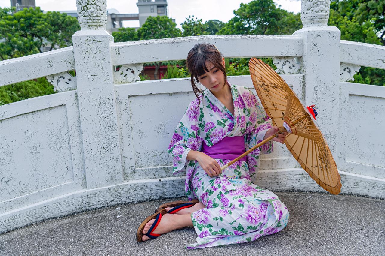 Фотография Кимоно девушка Азиаты зонтик сидящие Девушки молодая женщина молодые женщины азиатки азиатка Зонт сидя Сидит зонтом