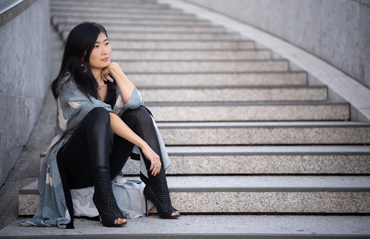 Foto Brünette Midoh Mikado Stiege junge Frauen Bein asiatisches Hand sitzt High Heels Treppe Treppen Mädchens junge frau Asiaten Asiatische sitzen Sitzend Stöckelschuh