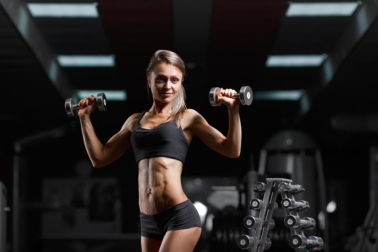 Foto Turnhalle posiert Fitness Hantel Mädchens sportliches Fitnessstudio Pose Sport Hanteln junge frau junge Frauen
