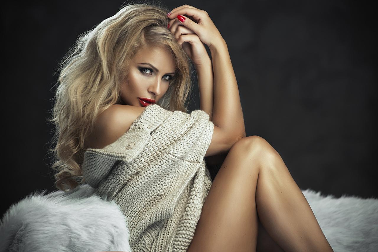 Bilder Blondine Monika Jaros junge frau Sweatshirt Hand Sitzend Blick Blond Mädchen Mädchens junge Frauen sitzt sitzen Starren