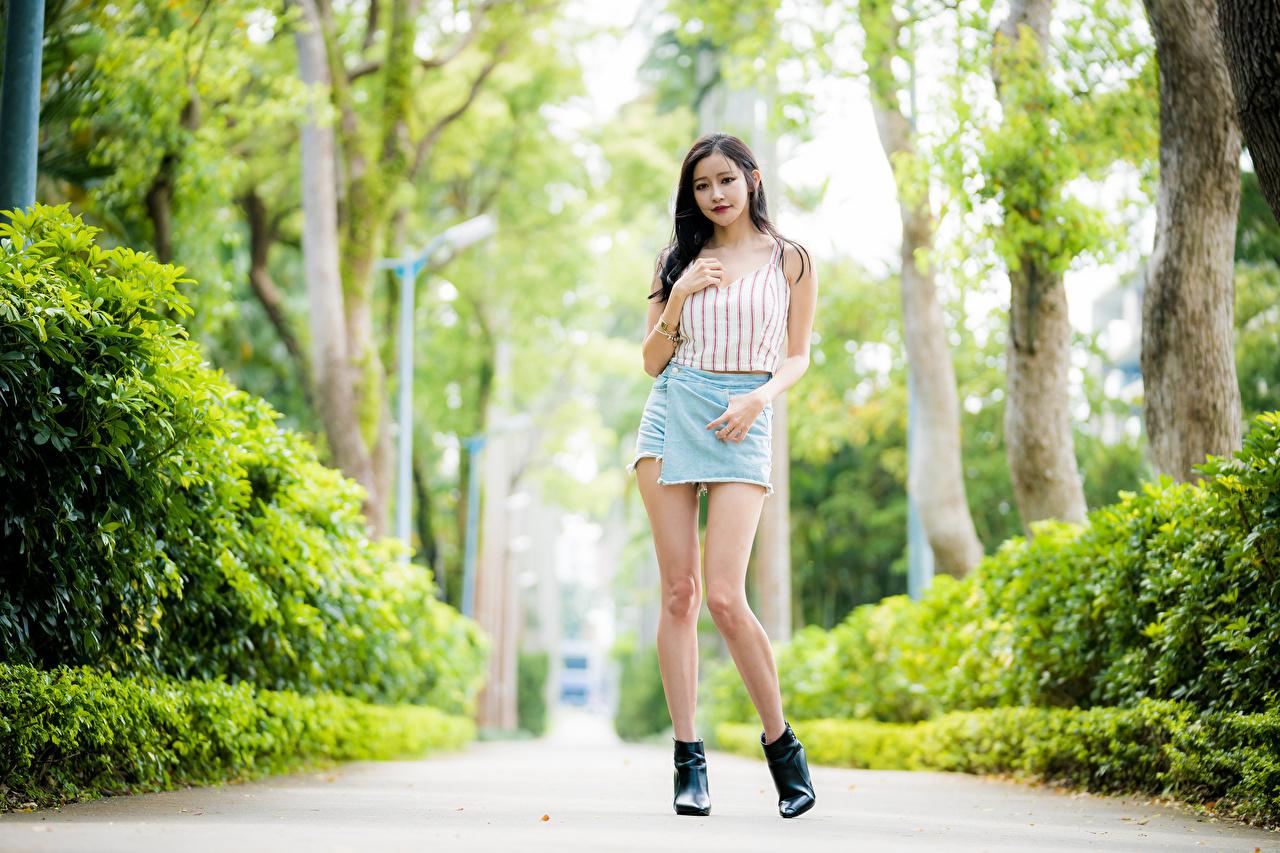 Fotos Rock unscharfer Hintergrund Mädchens Bein Asiaten Unterhemd Blick Bokeh junge frau junge Frauen Asiatische asiatisches Starren