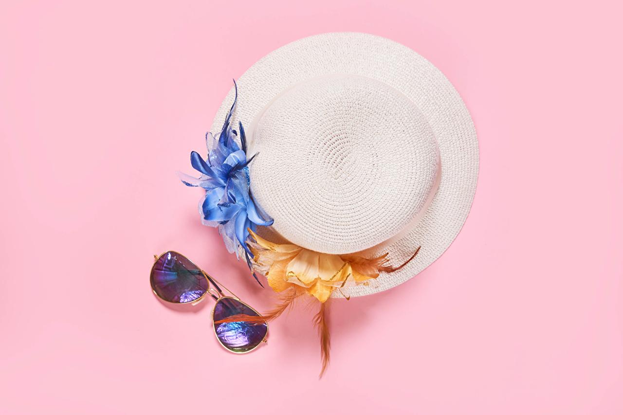 、、ピンクの背景、帽子、眼鏡、、
