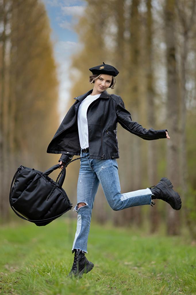 Картинки Размытый фон Поза Берет куртки Девушки Джинсы Сумка  для мобильного телефона боке позирует куртке Куртка куртках девушка молодая женщина молодые женщины джинсов